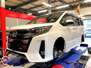 国産車トヨタノアスタッドレスタイヤ交換リフトアップ