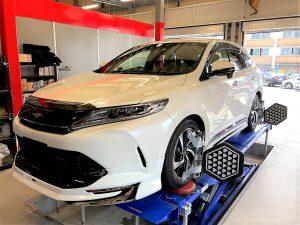 国産車トヨタハリアーの4輪アライメント アライメントテスター装着画像
