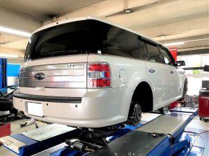 ピットワンタイヤーズのマルチリフトにてフォードタイヤ交換作業